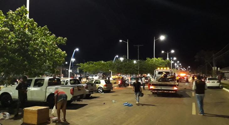 Em noite movimentada, fiscalização autua estabelecimentos e flagra condutores cometendo infrações no trânsito